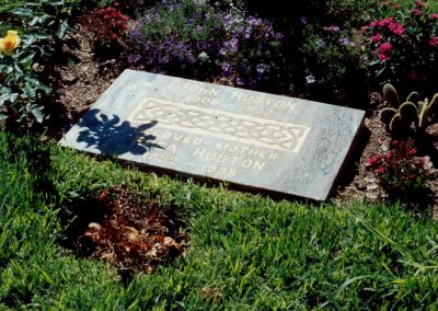 Grave_of_John_Huston